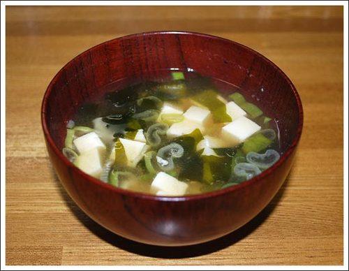 豆腐とわかめとねぎの味噌汁