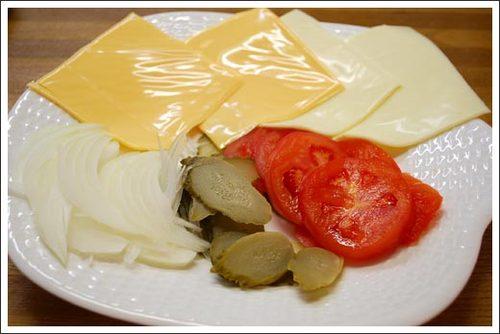 スライスチーズ・オニオン・ピクルス・トマト