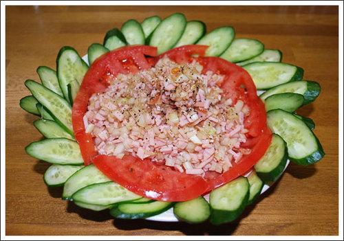 トマトときゅうりハムとたまねぎのサラダ