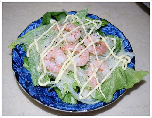 えびとたまねぎ、レタスのサラダ