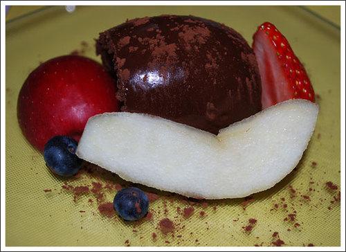 濃厚な生チョコレート 季節の果物を添えて