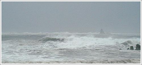 波しぶきでかすむえぼし岩