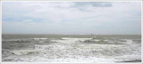 強風で荒れ狂う海