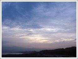 海から西の空・日没前