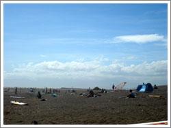 砂浜で休憩するたくさんの人