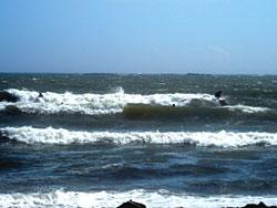 次々と押し寄せる荒れた波