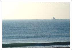 海とえぼし岩と背後の雲