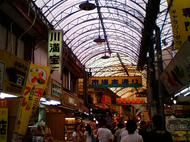 市場通りでお買い物。