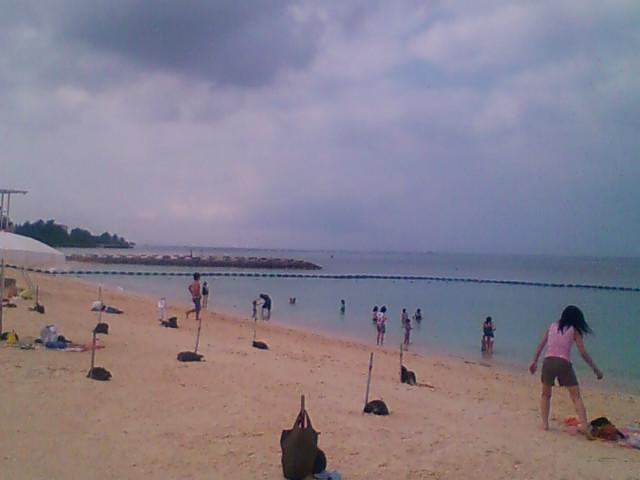 沖縄の海でひと泳ぎ。