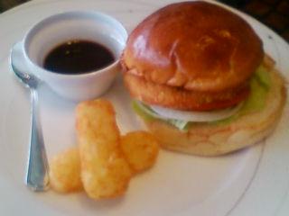 お昼ご飯は、青島バーガーです。