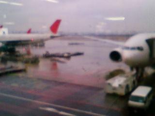 羽田空港は雨です。