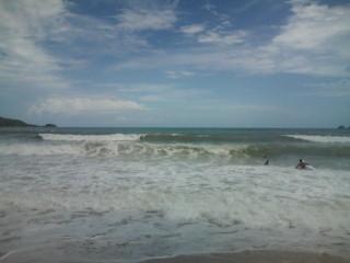 今日もプーケットの海は荒れています。