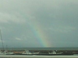 虹が出ています。腰越漁港より。