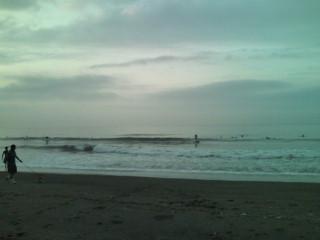 5:24、曇りの湘南茅ヶ崎、サーフィン波情報。
