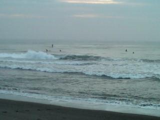 5:35、曇りの湘南茅ヶ崎、サーフィン波情報。
