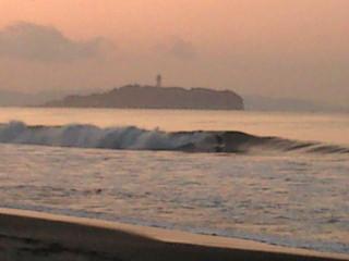 5:41、晴れの湘南茅ヶ崎、サーフィン波情報。