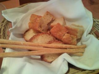 前菜のパン2種とグリッシーニ