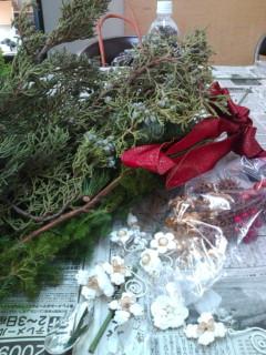 毎年恒例になったクリスマスリース作りです。