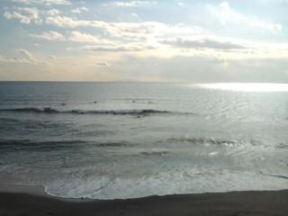 13:50 七里ヶ浜正面 サーフィン波情報。