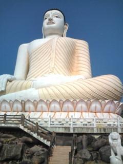 空高くそびえるスリランカ最大のブッダ像。