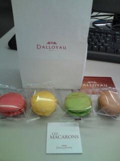 デザートはDALLOYAUのマカロン。