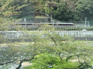 箱根湯本ロマンスカーと川。