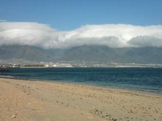 MAUIは今日も晴れ、山頂には雲がかかっています。