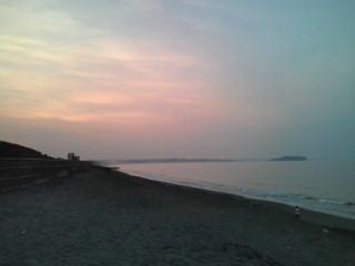 4:49、晴れの湘南茅ヶ崎サーフィン波情報。