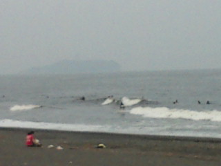 16:56、曇りの湘南茅ヶ崎パーク船前~ラチエン、サーフィン波情報。