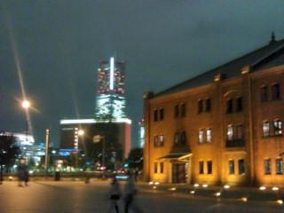 横浜赤レンガ倉庫とランドマークタワー。